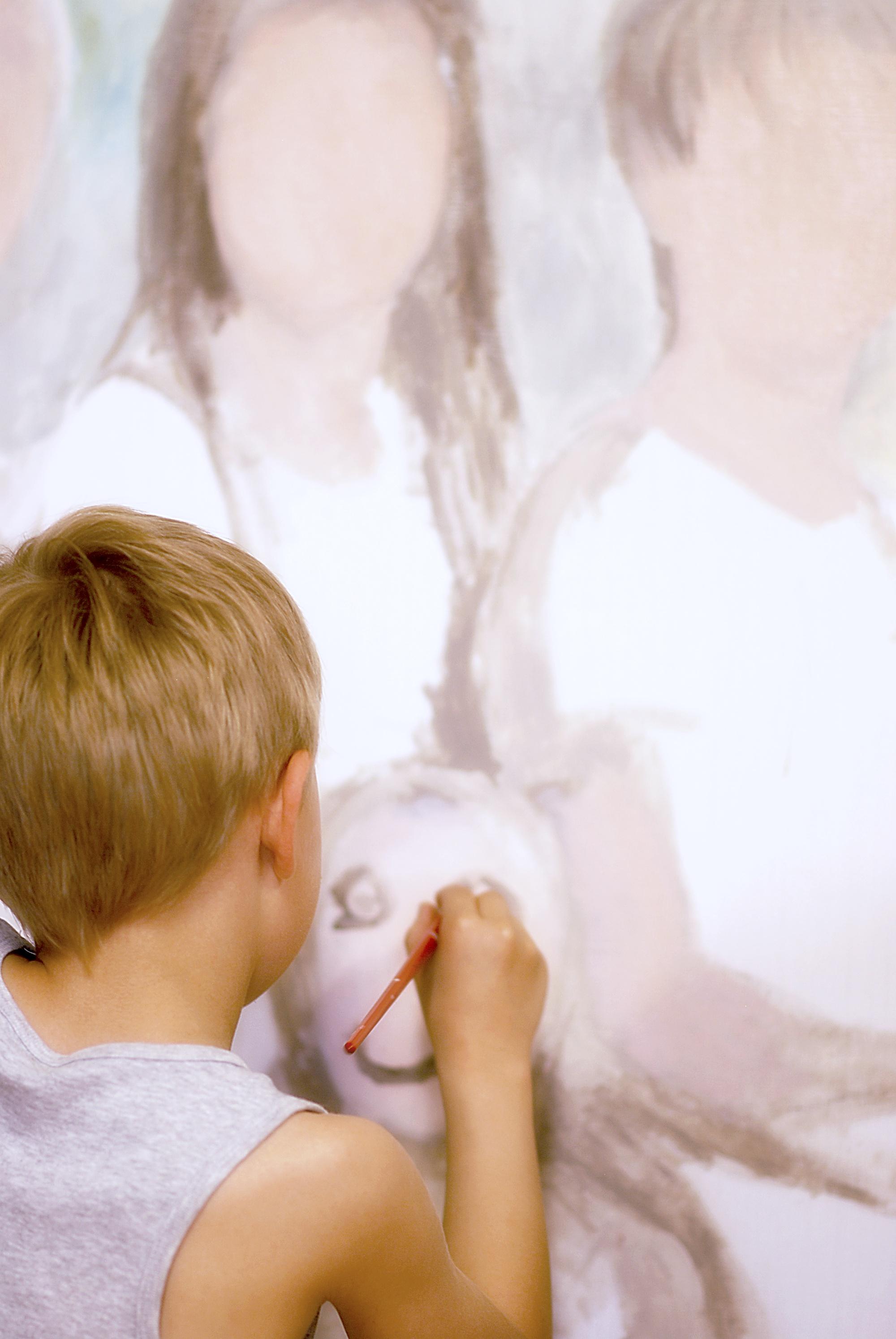 han målar